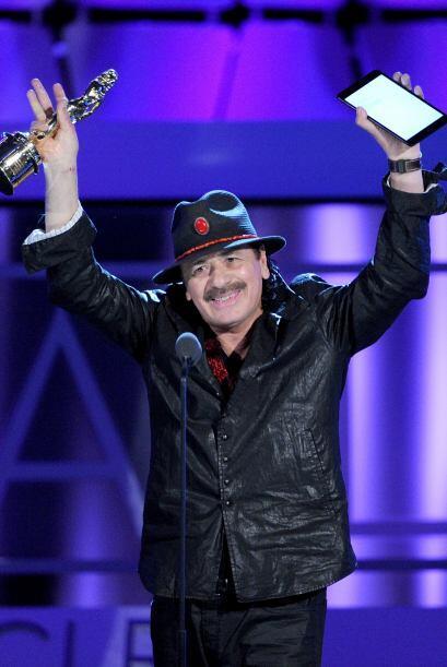 Y así de efusivo Carlos Santana celebró su premio, que com...