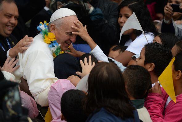 Niños brasileños muy cerca del Papa, que no parece molesto de que la gen...