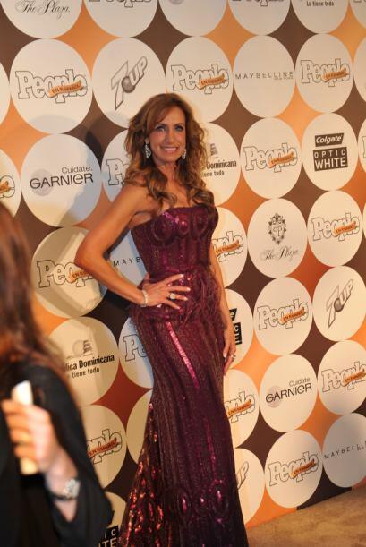 Y qué tal Lili Estefan, impresionante en este vestido color berenjena.