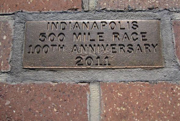 Placa conmemortativa de las 100 carreras de Indianapolis 500 y que est&a...