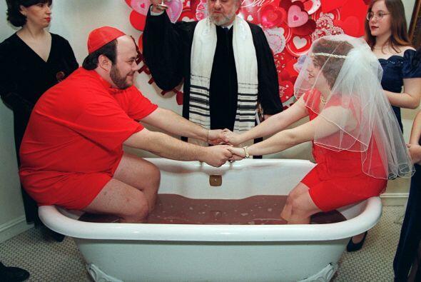 Este par de románticos se casó en nada menos que una tina llena de choco...