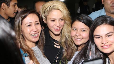 Shakira rodeada de fans en Sao Paulo