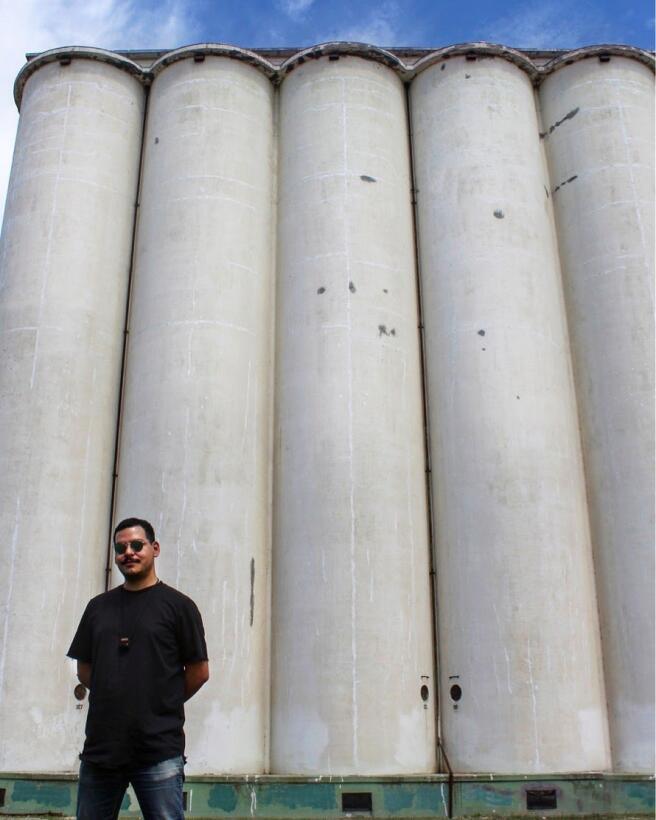 Armando Minjariz frente a los elevadores de grano que pronto serán pinta...