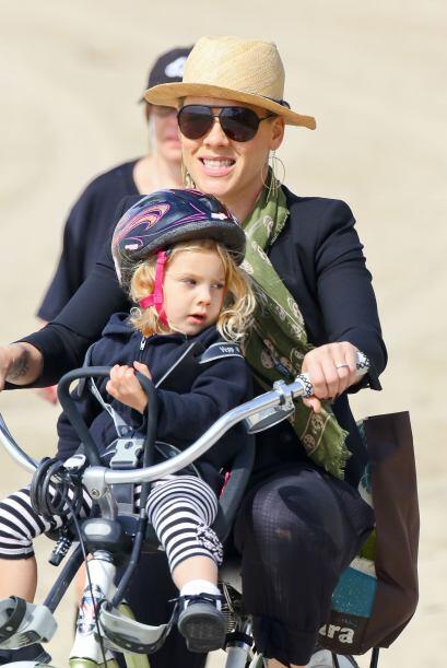 La cantante Pink pasea feliz a su hija Willow en bicicleta. Mira aquí lo...
