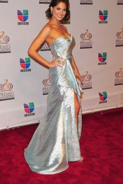 Blanca Soto escogió el plateado para este glamoroso modelito estilo sire...