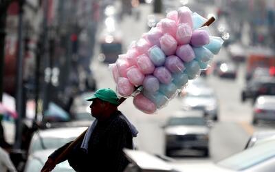 Un vendedor de algodón de azúcar en una calle de Los &Aacu...
