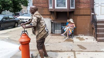 Ola de calor en Filadelfia pone a los residentes a buscar piscinas, fuentes o chorritos de agua para refrescarse (en fotos)
