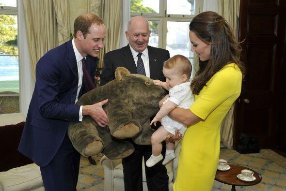 El principito recibió un lindo regalo, un enorme oso de peluche. Más vid...