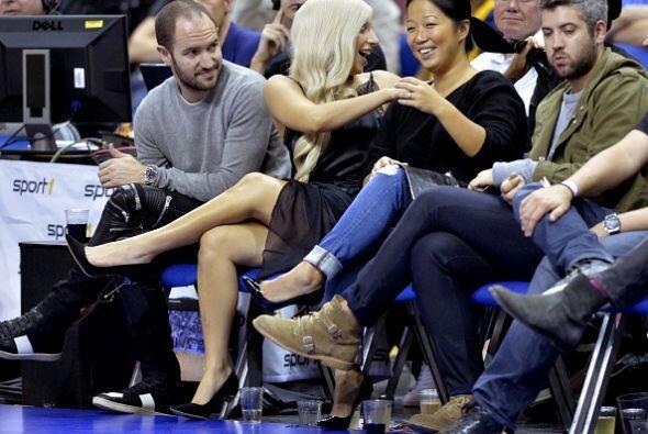 Bien acompañada por amigos, Lady Gaga fue la sensación del evento.