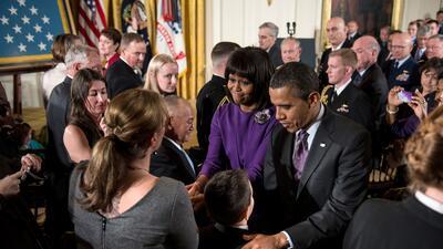 El expresidente Barack Obama y la exprimera dama Michelle Obama saludan...