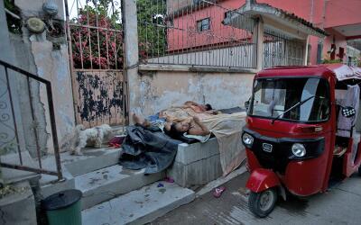 Mototaxis circulan en las calles en ruinas de Juchitán, Chiapas.
