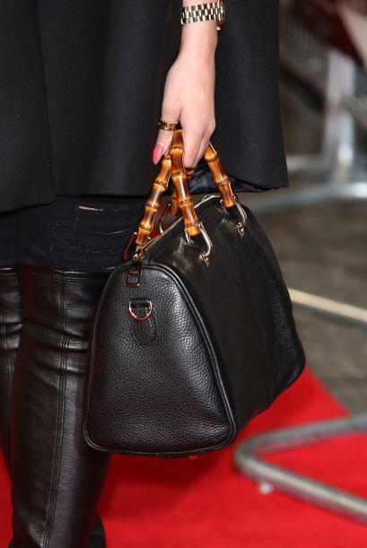 Por las medidas del bolso se lleva en la mano o algunos incluyen argolla...