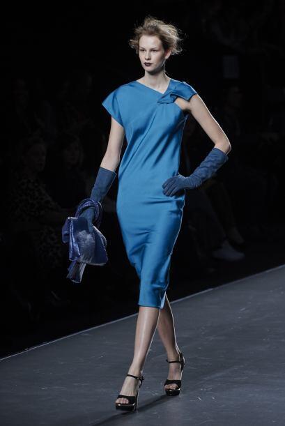 El diseñador hizo uso de accesorios como guantes largos, para darle un '...