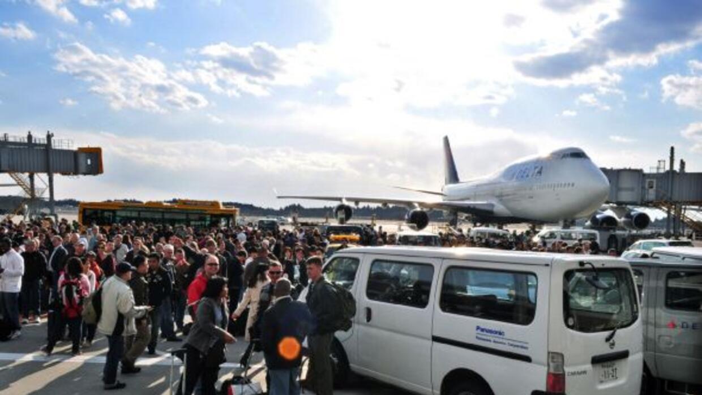 La imagen muestra a cientos de pasajeros estancados en el Aeropuerto Int...