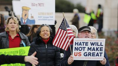Decenas de personas protestan afuera del Capitolio Estatal de Georgia antes del encuentro del Colegio Electoral