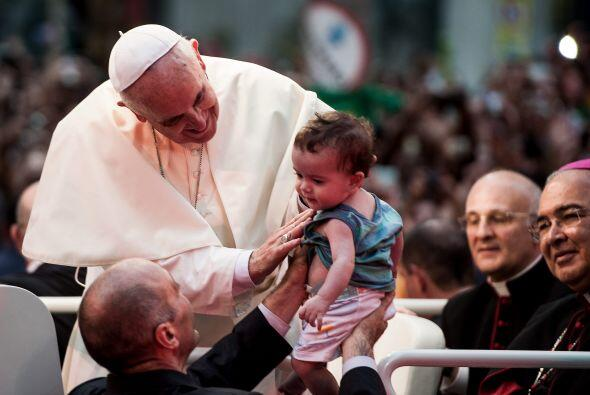 Miles de personas acudieron a las calles por donde el Papa pasó e...