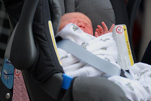 Tras haber sido olvidado en un automóvil por su padre, un bebé de sólo t...