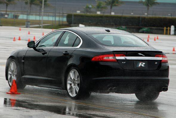 Los sistemas electrónicos de tracción perminten conducir al Jaguar XF R...
