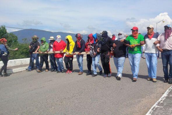 Horas antes marcharon pacíficamente por las calles de Iguala para pedir...