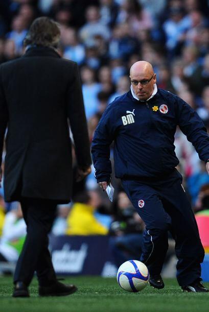 Y el entrenador del Stoke demostrando sus habilidades con el balón.