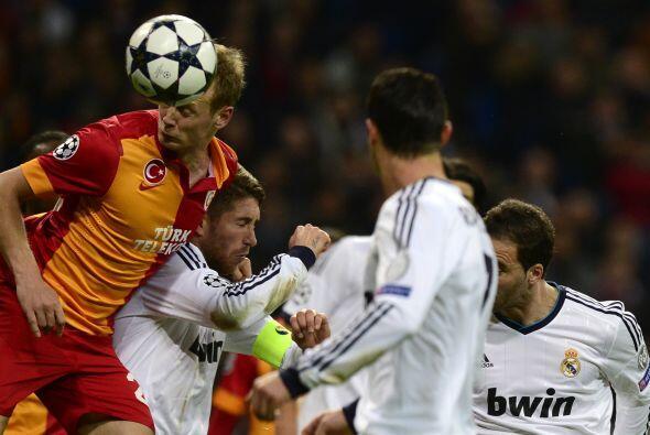 La defensa blanca controló bien los intentos del Galatasaray.