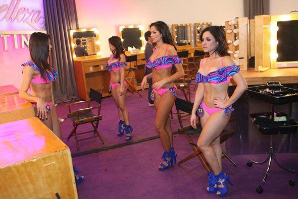 Antes de salir al escenario, miraron sus poses ante un espejo.