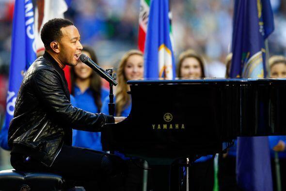 """El cantante de R&B John Legend interpretó """"América la Hermosa""""."""