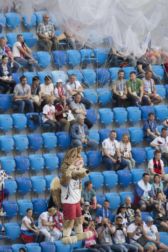 La fiesta en Rusia comenzó con un colorido espectacular. El anfitrión ab...
