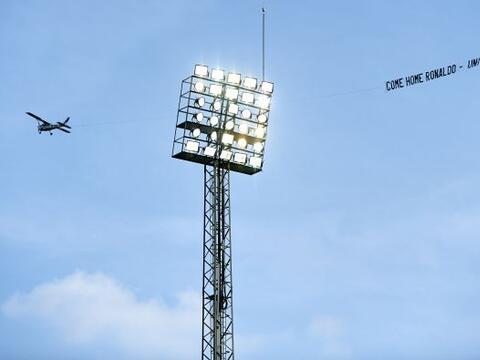 Durante el juego entre Villareal y Real Madrid, una avioneta sobrevol&oa...