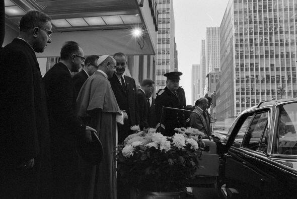 El presidente Lyndon B. Johnson saluda al papa Pablo VI en las afueras d...
