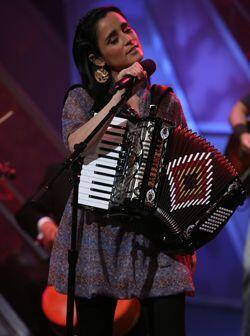 Gran talento: Julieta toca ocho instrumentos de música, despliega...
