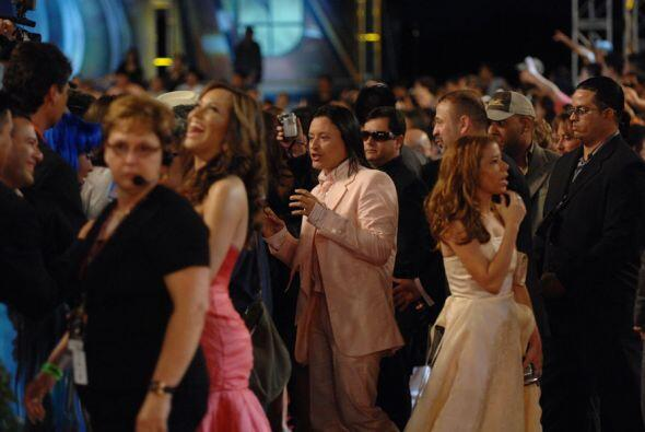7. Elvis Crespo vestido de traje rosa se atrevió a pasar así por la alfo...