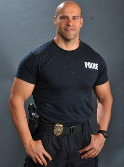 Además, Rey es policía en la vida real y le encanta la actuación.