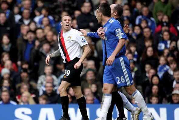 Craigh Bellamy también hizo dos goles para los 'Citizens' y los celebró...