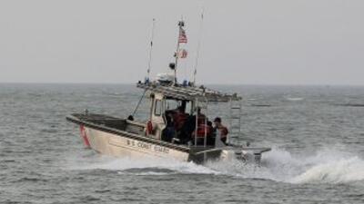 Los guardacostas son los que localizan a los migrantes en el mar.