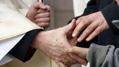 El Vaticano demoró casi 20 años en destituir a un sacerdote acusado de a...