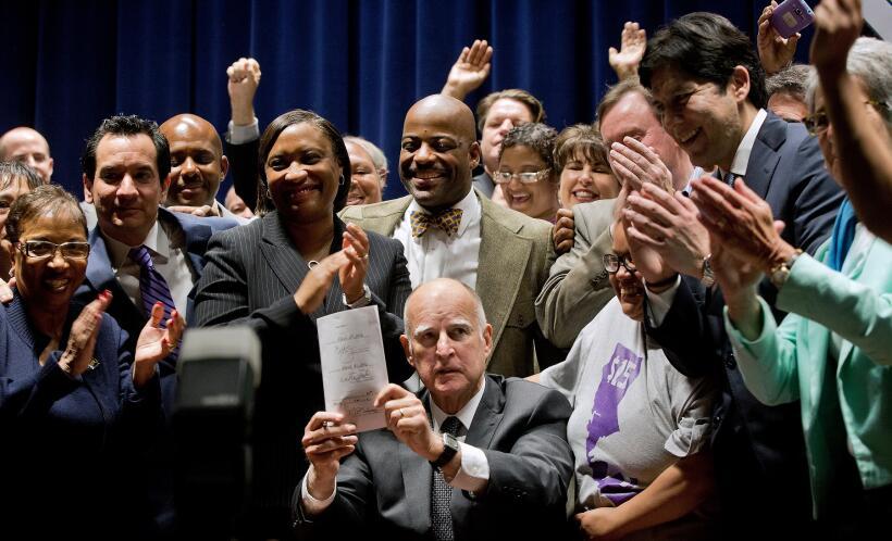 El gobernador de California, Jerry Brown, firma el salario mínimo...