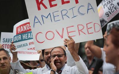 """""""Mantengan a Estados Unidos cubierto"""". Médicos protesta..."""