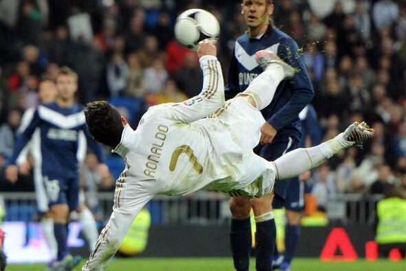 Cristiano Ronaldo intentó de diversos modos hacer su gol, el cual...