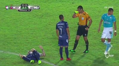 Tarjeta amarilla. El árbitro amonesta a Cristian Menéndez de Veracruz