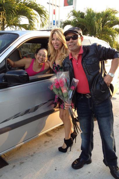 El equipo de Amor estuvo regalando flores en diferentes puntos de la ciu...