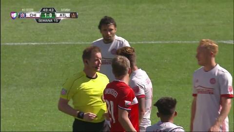 Tarjeta amarilla. El árbitro amonesta a Bastian Schweinsteiger de Chicag...