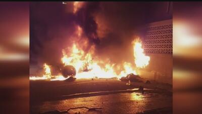 Auto estalla en llamas en aparatoso accidente que dejó dos muertos en Los Ángeles