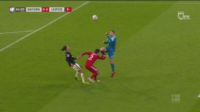 ¡Tremendo choque! Neuer casi deja por fuera del partido a Hummels