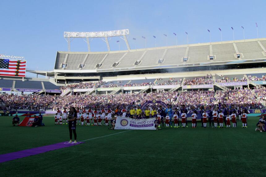 Más de 30 mil aficionados se dieron cita en el Citrus Bowl para presenci...