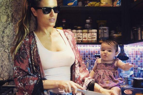 No crean que es experta cocinando, por eso la cara de espanto de su nena.