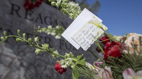 Flores depositadas por admiradores de Nancy Reagan tras su muerte