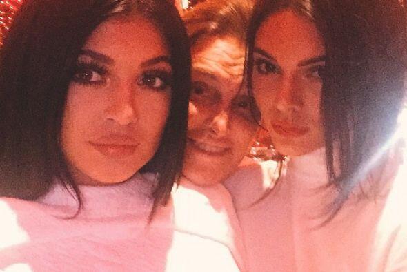 Festejando con su hermana Kendall y papi Bruce Jenner al fondo.