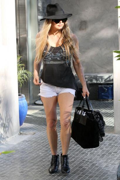 ¡Otra que le apuesta a los mini 'shorts' desgarrados es la sensual Fergi...