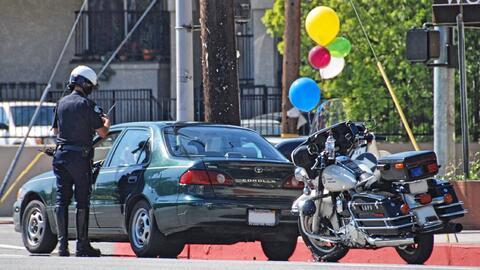Agente del LAPD aplica una infracción de tránsito.